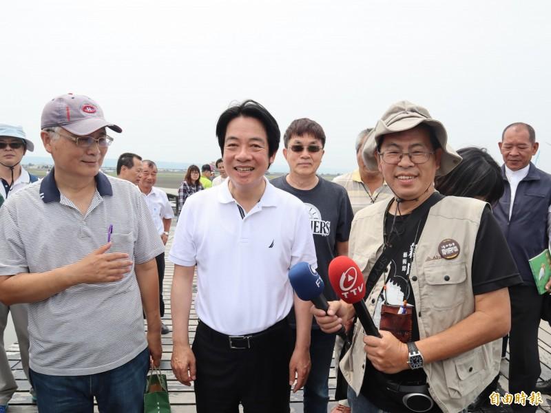 賴清德(中)在前台中縣長廖永來(左一)等陪同下走訪高美濕地。(記者歐素美攝)