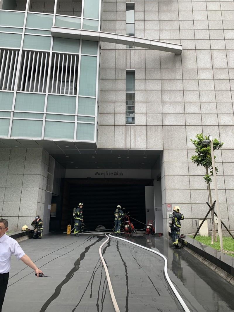 誠品信義店近中午時發生火警,警消現場疏散300名員工及顧客。(記者姚岳宏翻攝)