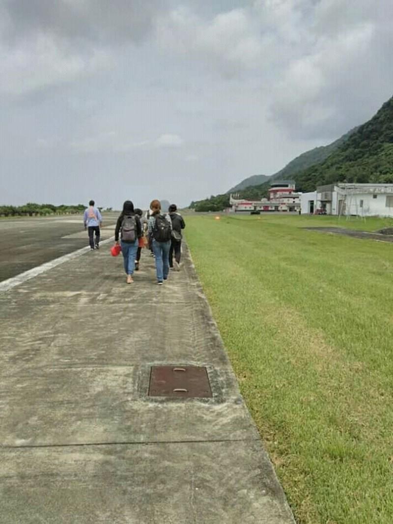 德安航機故障,旅客徒步走往航站,揶揄圓漫步夢。(民眾saya提供)