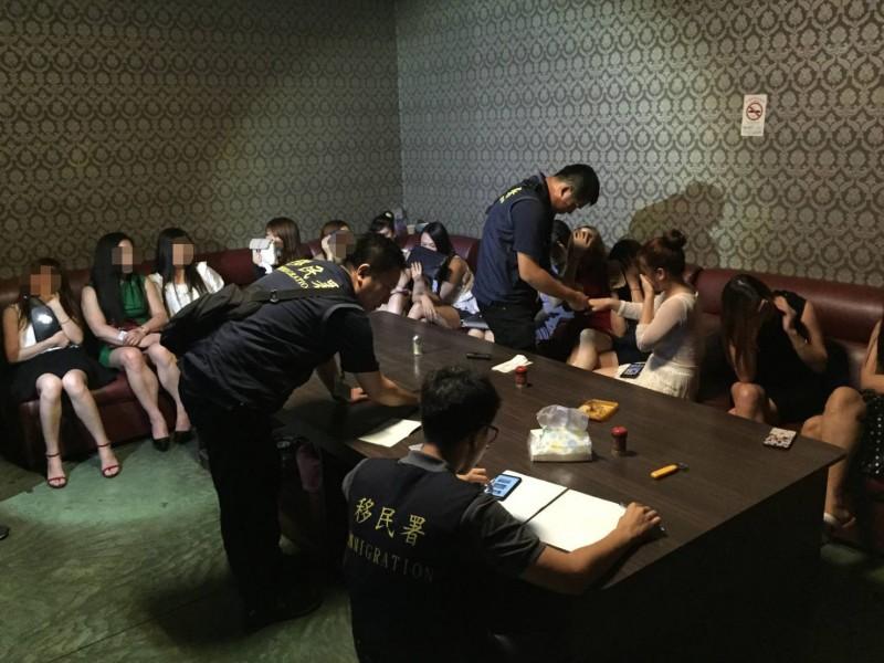 南市專勤隊日前查獲麻豆一處練歌場內,多名越籍女子假觀光真坐檯陪酒。(記者萬于甄翻攝)