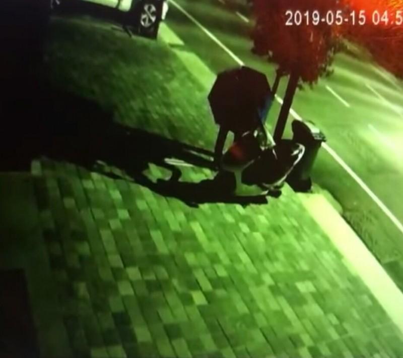 台南東區出現撐傘遮掩在他人機車鑰匙孔灌入三秒膠的灌膠怪客,受害車主提醒民眾小心提防。(記者王俊忠翻攝)