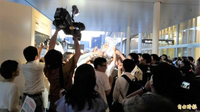 令和首位在大相撲比賽獲勝的力士朝乃山,是富山縣103年來首位獲勝的力士,富山車站昨天發布號外引來鄉親搶閱,朝乃山今天獲川普頒發「美國總統杯」。(記者林翠儀攝)