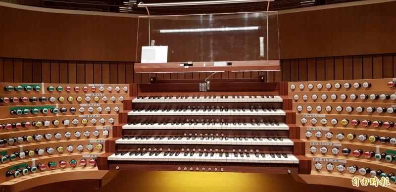 管風琴巨星卡麥隆•卡本特於管風琴電腦操控台貼滿標籤方便演奏。(記者陳文嬋攝)