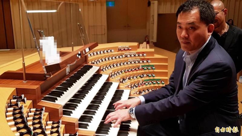 台南神學院音樂系所副教授劉信宏示範演奏管風琴。(記者陳文嬋攝)
