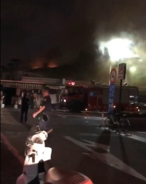 高雄市立殯儀館旁民間業者經營的大華館二樓倉庫雜物,今晚突然起火。(記者方志賢翻攝)