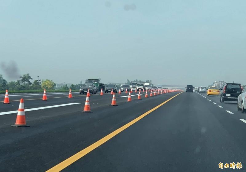 國道1號彰化戰備道1350座護欄在今天清晨6點全數清空,國道寬廣如機場跑道。(記者湯世名攝)