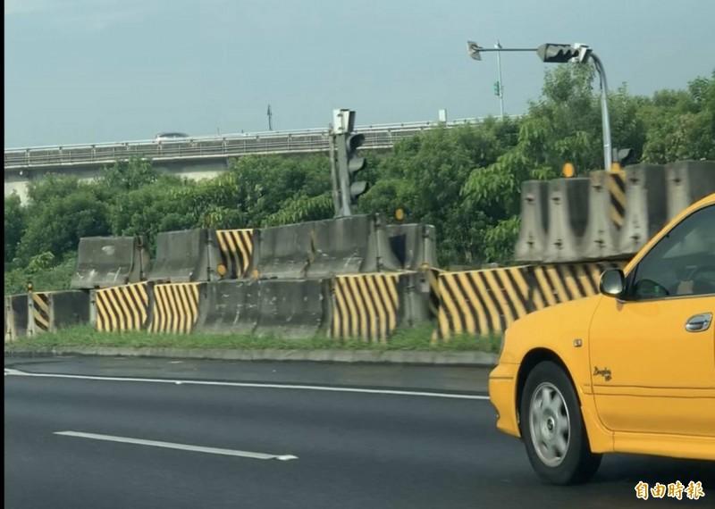 國道1號彰化戰備道1350座護欄在今天清晨6點全數清空,堆置在國道兩側邊坡。(記者湯世名攝)