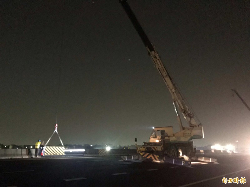 國道1號彰化戰備道1350座護欄,以大型吊車漏夜吊掛清除。(記者湯世名攝)