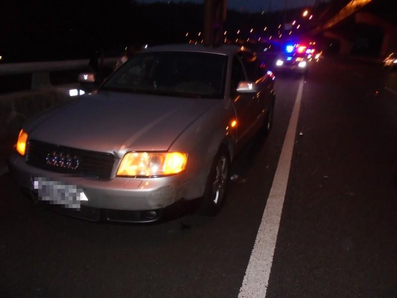 柯男因為車輛沒油,將車輛停在路肩待援。(記者曾健銘翻攝)