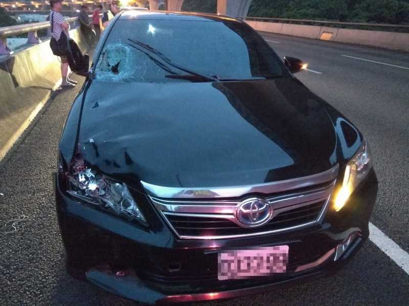 追撞柯男的小轎車,擋風玻璃明顯可見撞擊痕跡。(記者曾健銘翻攝)
