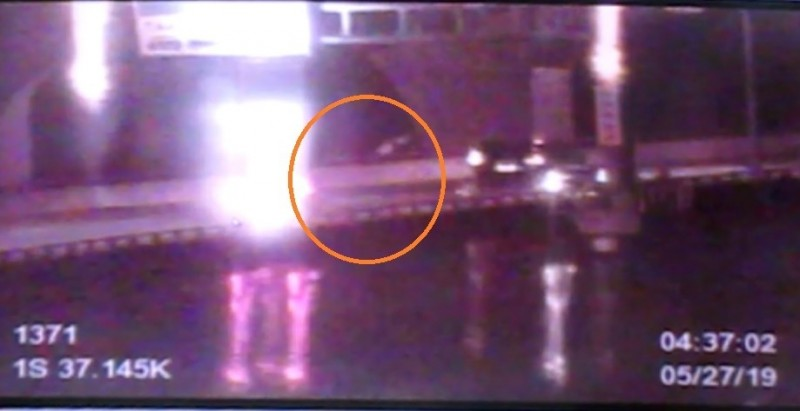 柯男被後車追撞後彈飛。(記者曾健銘翻攝)