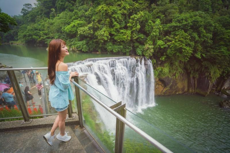 十分瀑布公園是全台最大簾幕式瀑布,吸引不少國內外觀光客前來。(圖由新北市觀光旅遊局提供)