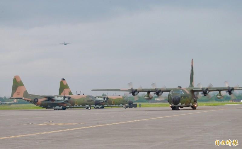 C-130運輸機轉場。(軍聞社)