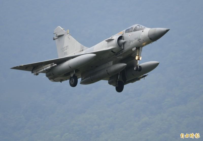 幻象2000型戰機罕見掛載三個副油箱,演練緊急降落佳山基地保存戰力。(記者游太郎攝)