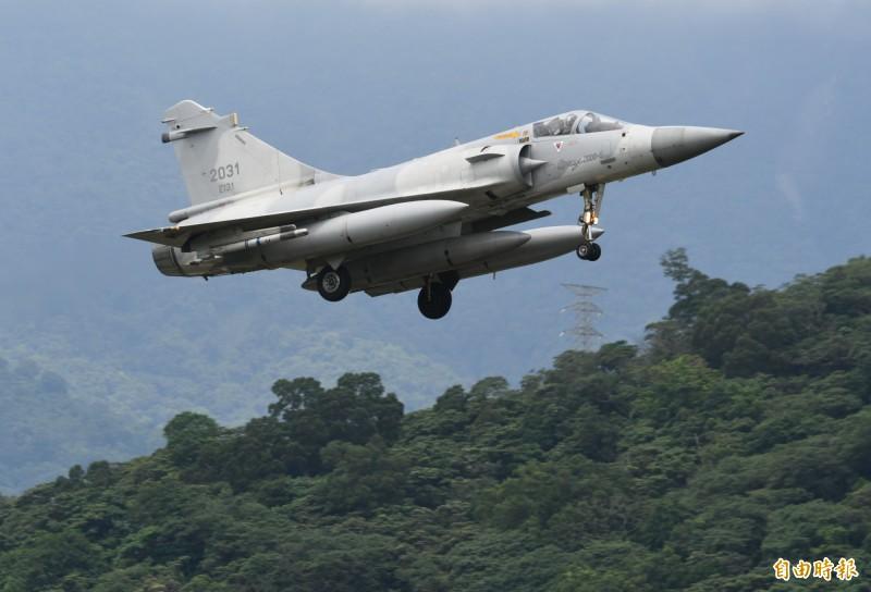 幻象2000戰機掛載三個副油箱,緊急降落佳山基地保存戰力。(記者游太郎攝)