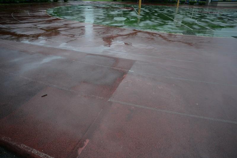 福營國中操場只要下雨就相當容易間水。(蘇巧慧服務處提供)