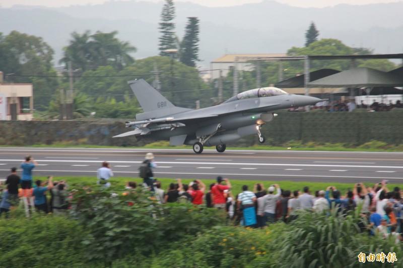 漢光35演習,彰化戰備道演練,第一架戰機F16 V降落時引來民眾驚呼。(記者陳冠備攝)