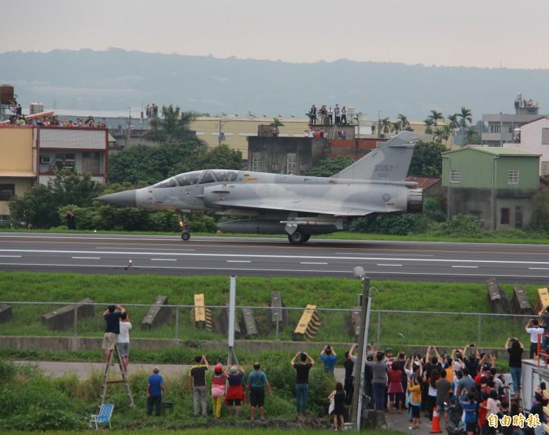 幻象2000戰機緩緩滑行在彰化戰備道上,吸引兩側民眾拿起相機拍照。(記者陳冠備攝)