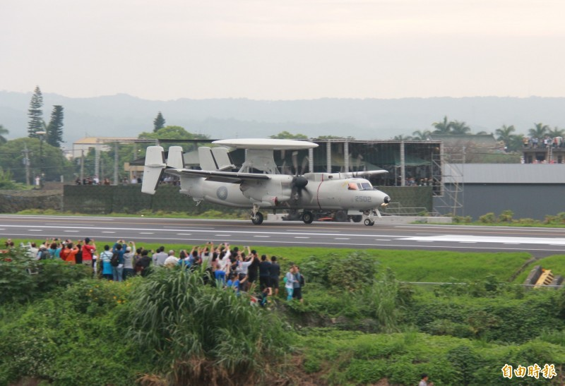 E-2K預警機首度降落彰化戰備道,龐大機身引來民眾驚呼。(記者陳冠備攝)
