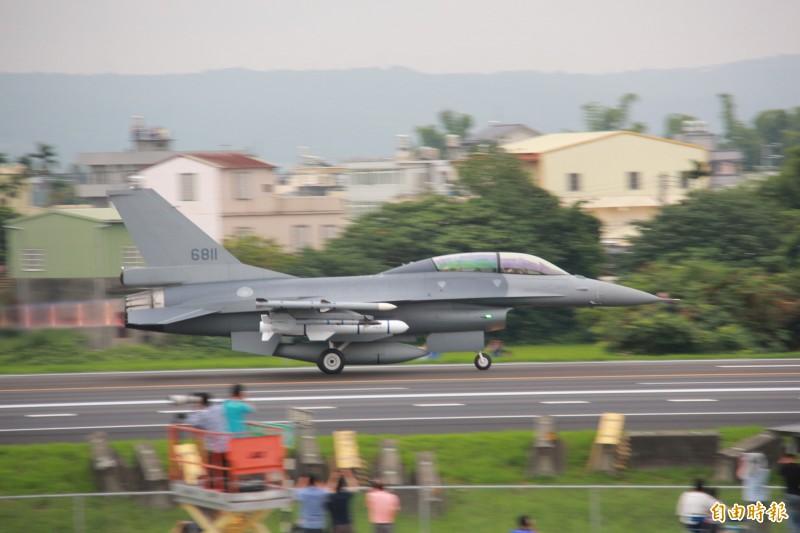 F-16V油門一催,機尾爆出紅藍色火焰,伴隨震耳音浪,戰機瞬間就衝向雲霄。(記者陳冠備攝)