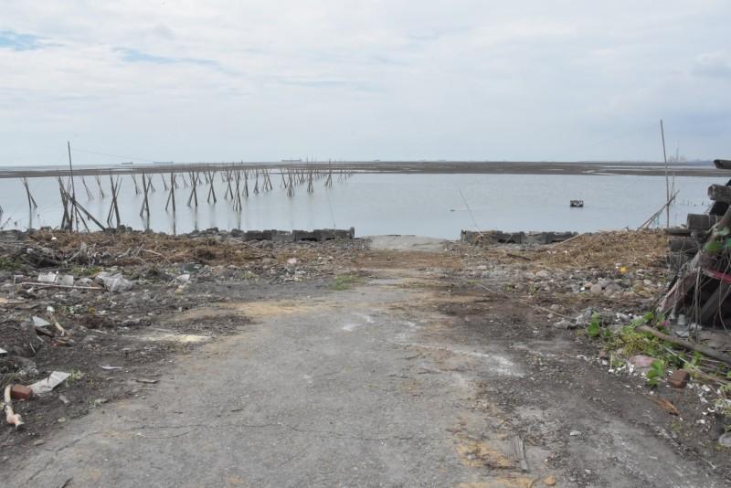 彰化區漁會委由民間單位並請環保局幫忙先清除淹沒漁民出海口垃圾,讓漁民能夠出海採收蚵仔。(圖彰化縣政府提供)