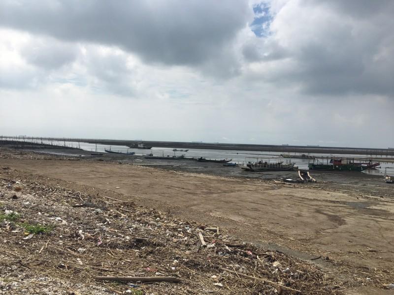 彰化縣環保局協助區漁會委託民間清除單位把漂流木、海飄垃圾運往溪流焚化爐清除。(圖彰化縣政府提供)