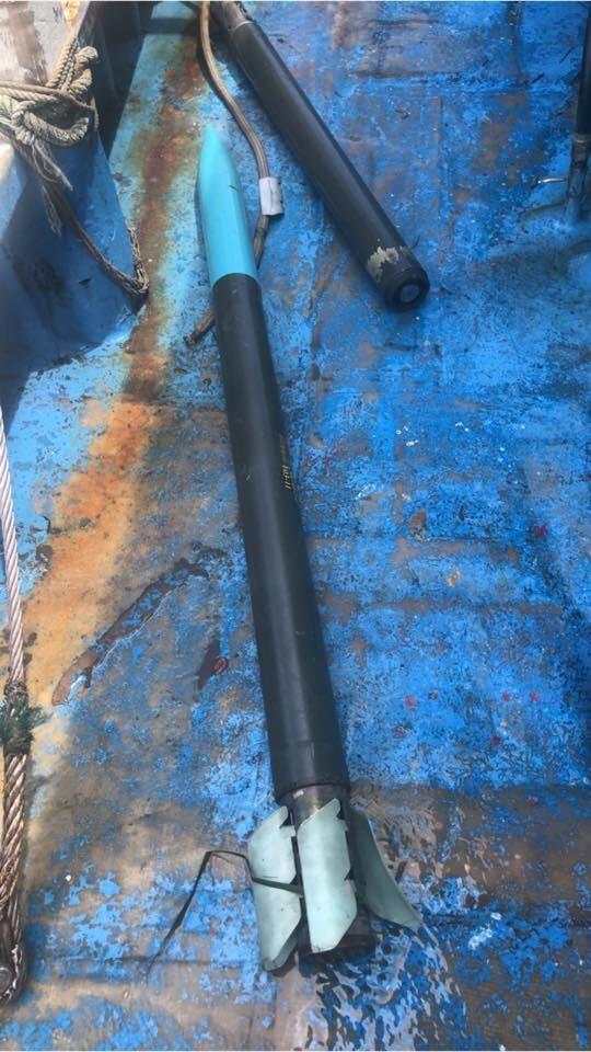 漢光演習「聯合反登陸作戰」前幾天預演,有屏東漁民下網竟撈到雷霆2000多管火箭發射的火箭彈。(伏姓漁民提供)