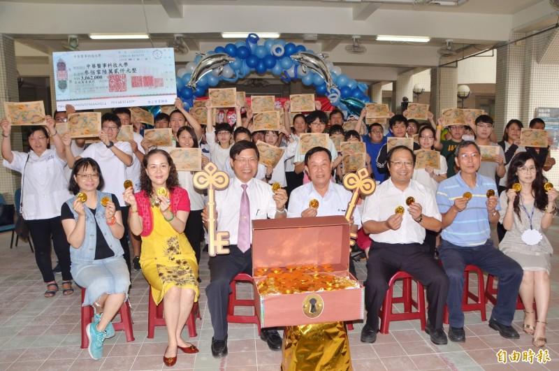 中華醫事科大頒發教育部的獎助學金,鼓勵表現優異的身心障礙生。(記者吳俊鋒攝)