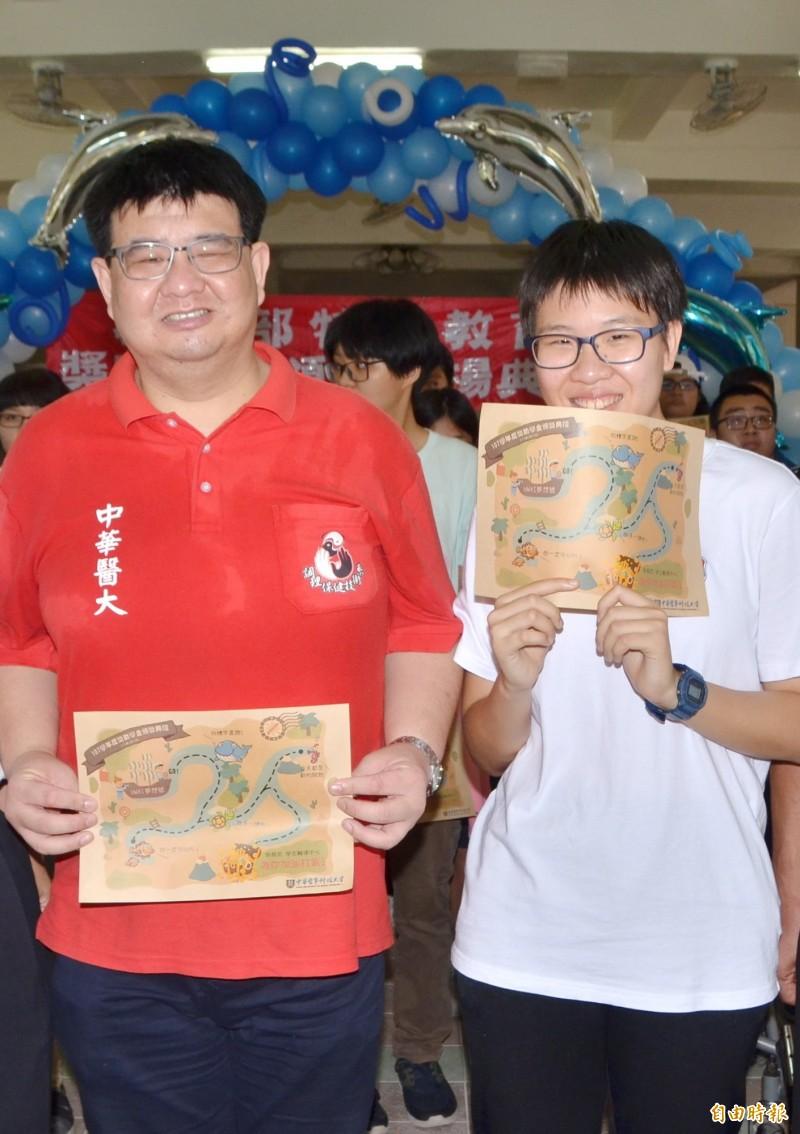 僅有右眼0.1視力的曹逸凡(左),與2屆特奧勇奪3金的曾怡瑄,獲頒獎助學金。(記者吳俊鋒攝)