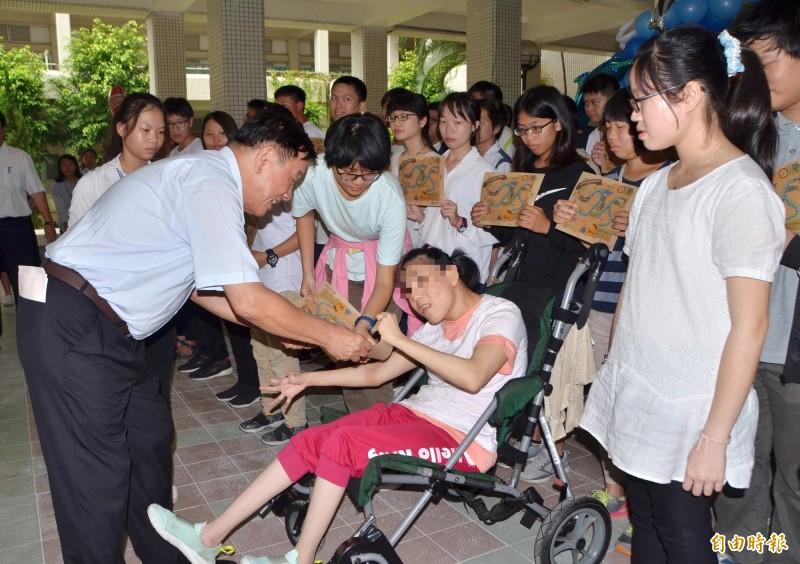 中華醫事科大頒發為表現優異的身心障礙生,頒發獎助學金。(記者吳俊鋒攝)