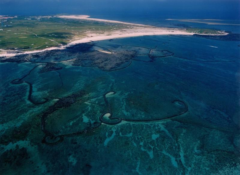 密度高居世界第一的吉貝石滬群,由空中鳥瞰相當壯觀。(圖由澎管處提供)