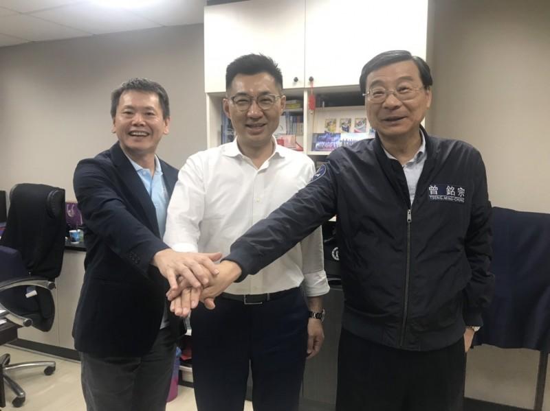 林為洲(左)決定禮讓黨團總召選舉,由曾銘宗(右)接任下會期大黨鞭。(江啟臣辦公室提供)