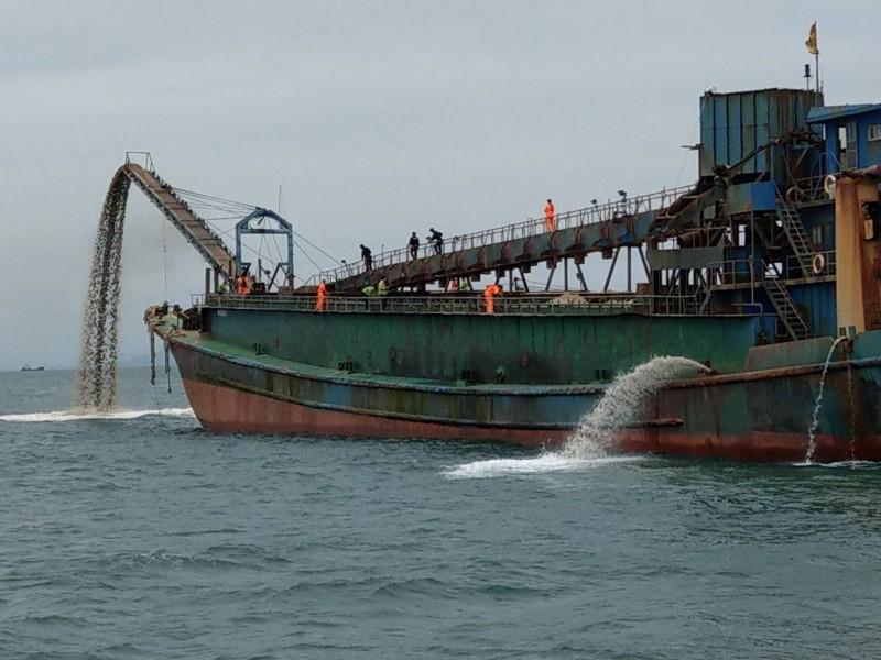 「1公克都不行帶走!」馬祖海巡隊押解中國抽砂船返回盜採處,卸下1000噸砂石。(馬祖海巡隊提供)