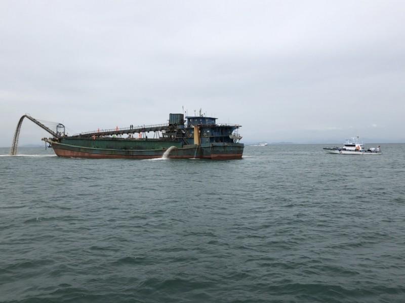 馬祖海巡隊押解中國抽砂船返回盜採處卸砂。(馬祖海巡隊提供)