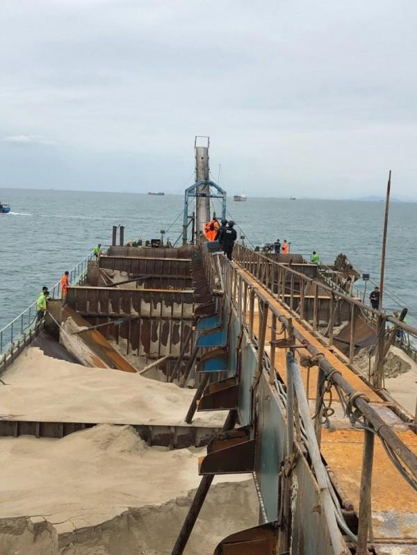 馬祖海巡隊押解中國抽砂船返回盜採處卸下砂石。(馬祖海巡隊提供)