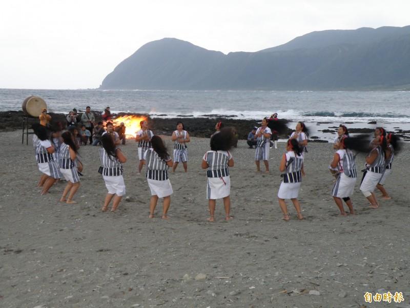 蘭嶼族人的頭髮舞很有特色。(記者張存薇攝)