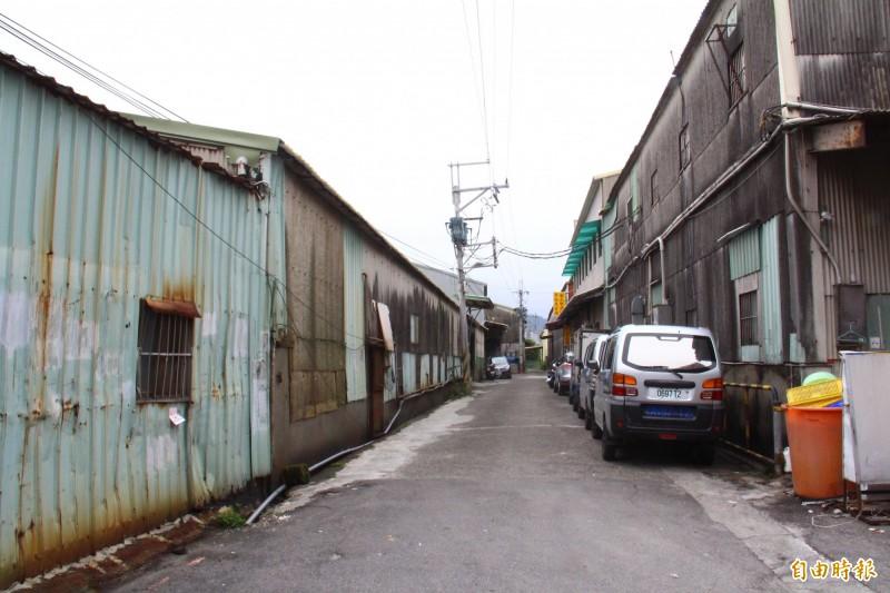 金門街369巷旁的計畫道路,有許多既有建物必須要徵收才能開闢。(記者邱書昱攝)