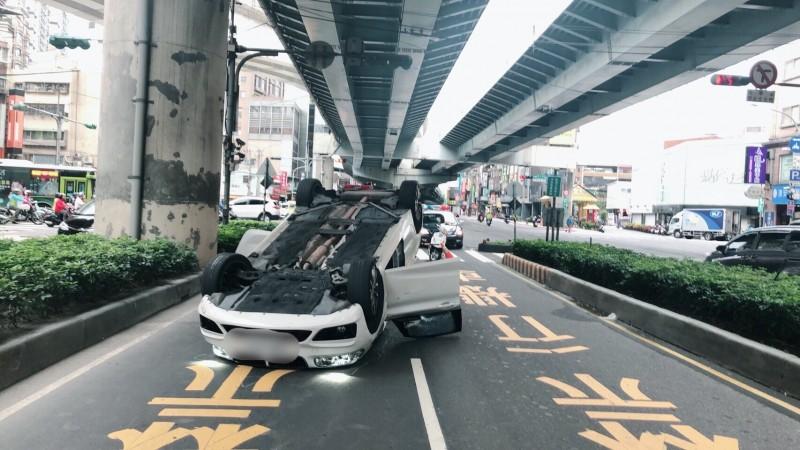 姚姓男子在車禍後自行爬出子,所幸毫髮未損。(記者徐聖倫翻攝)