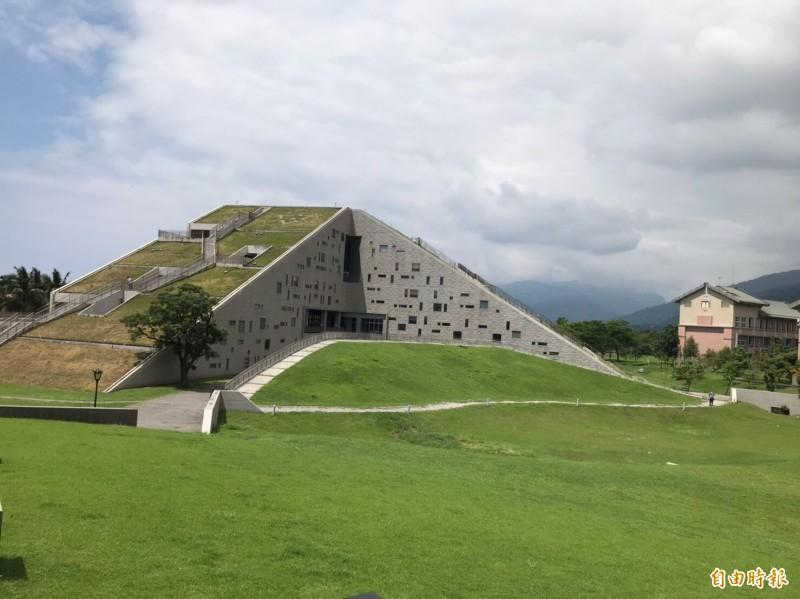 台東大學外觀就像金字塔形的一座山。(記者黃明堂攝)