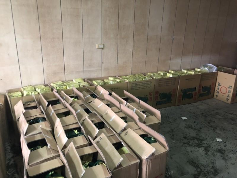 警查獲越南進口茶葉夾藏市價6億的400公斤安毒。(記者邱俊福翻攝)