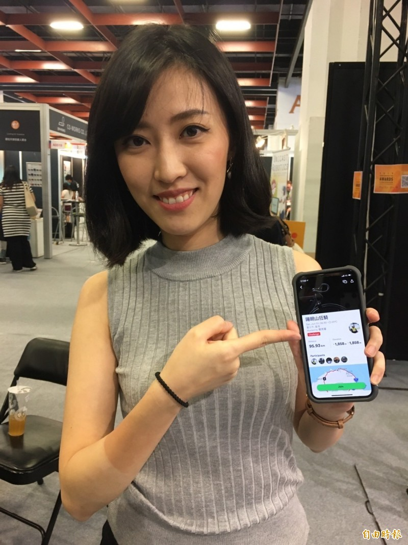 Velodash的共同創辦人暨執行長黃彥菱解釋參賽作品「單車團騎 社群交友」App的功用,該團隊獲得第二名超級玉山奬,並獲得50萬元獎金。(記者楊綿傑攝)