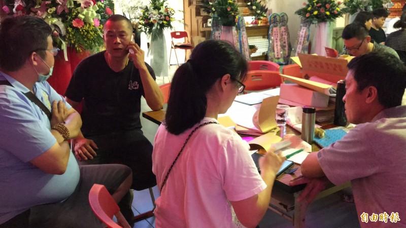 張男生前雇主葉先生(左2)今天接到在網路上替張生「私募」善款的陳男來電說,會把募得的100多萬元善款親手交送張生。(記者黃美珠攝)