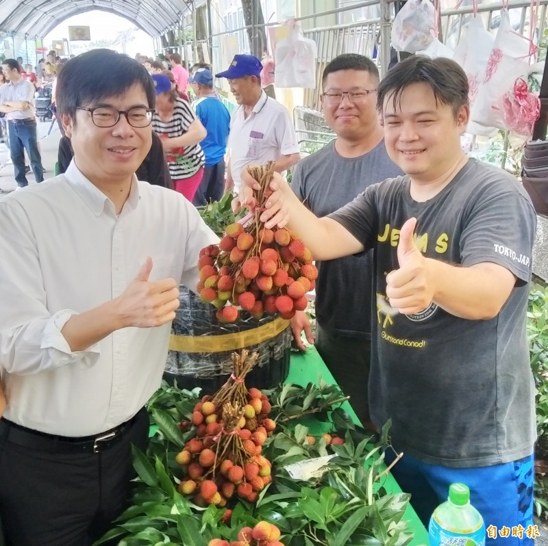 陳其邁協助農民行銷大樹玉荷包荔枝。(記者洪定宏攝)