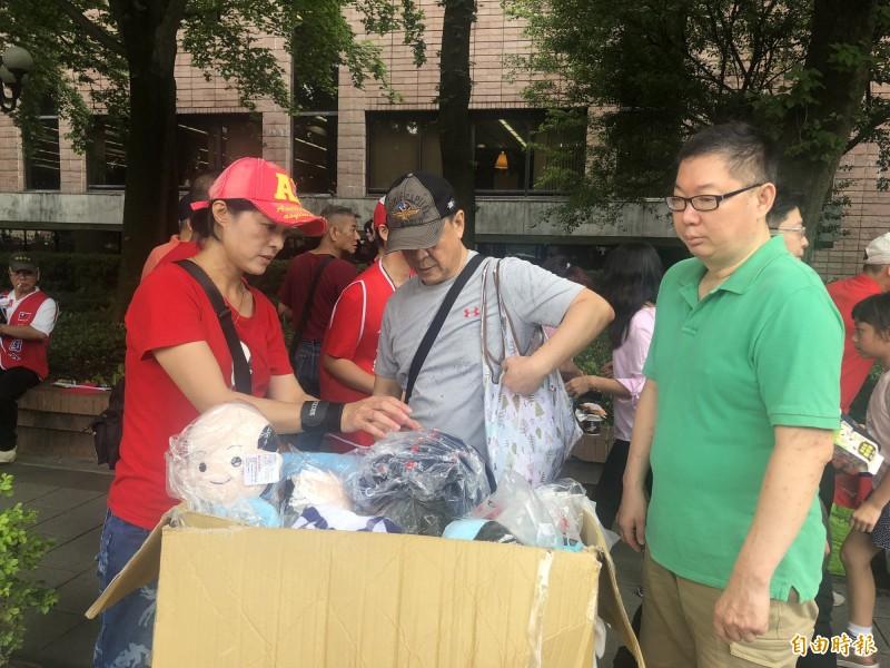 攤販在會場附近販售韓國瑜相關商品。(記者陳昀攝)