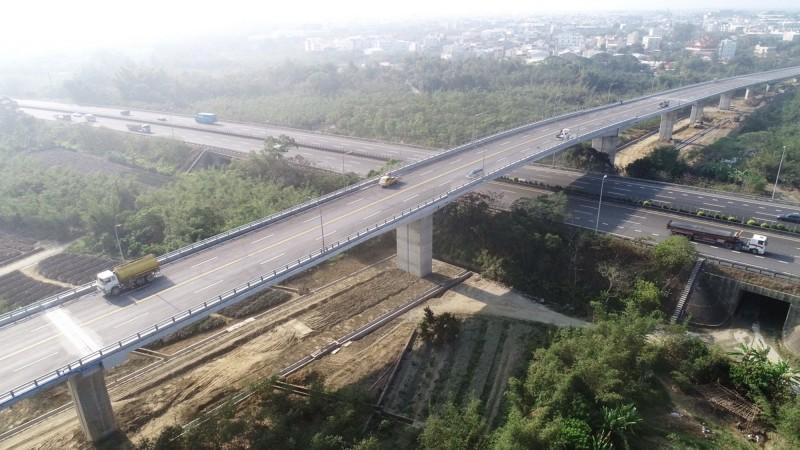 20米的湯山大道完工、通車,有助於砲校遷建案的加速推動。(記者吳俊鋒翻攝)