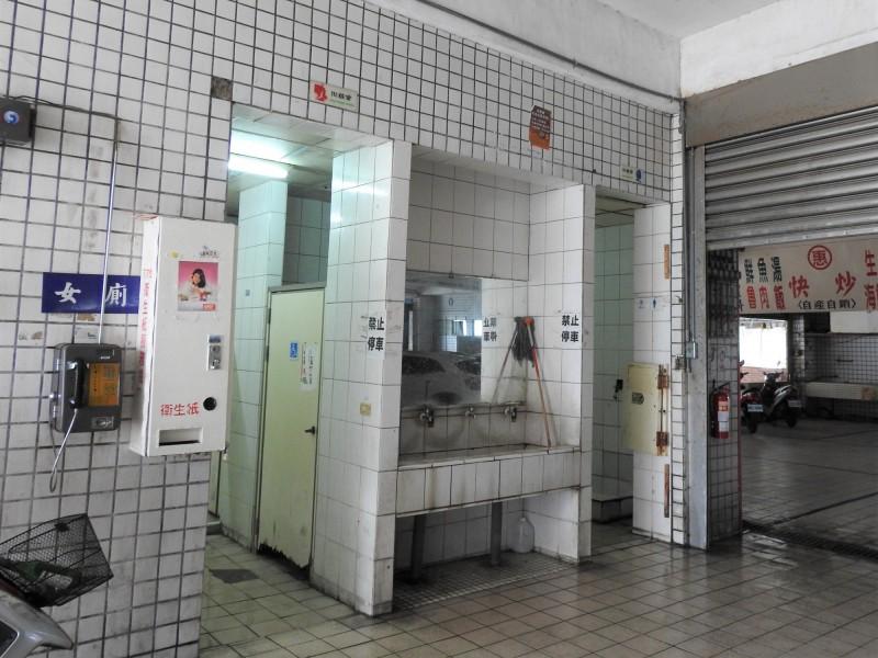 富岡漁港公廁外觀。(記者黃明堂翻攝)