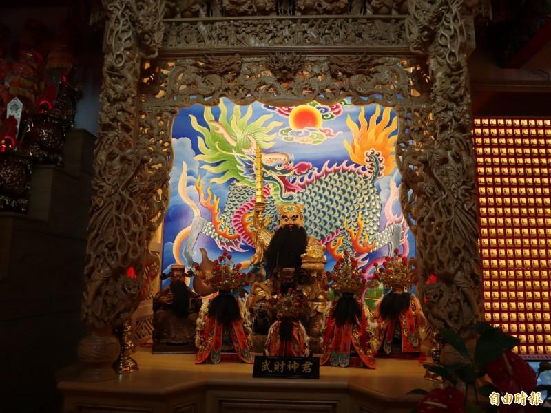 台中當舖日友汽車借款分享台中當地新聞-豐原慈濟宮供奉的武財神神像,經化驗木料為中國進口樟木,並非本土牛樟雕刻而成。(記者歐素美攝)