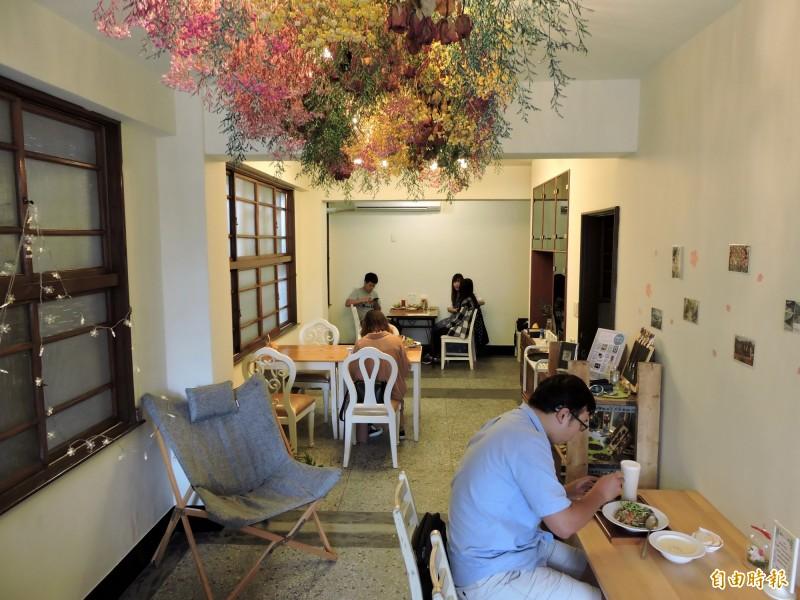 種籽手作空間保留老屋的木窗、磨石子地板。(記者張菁雅攝)