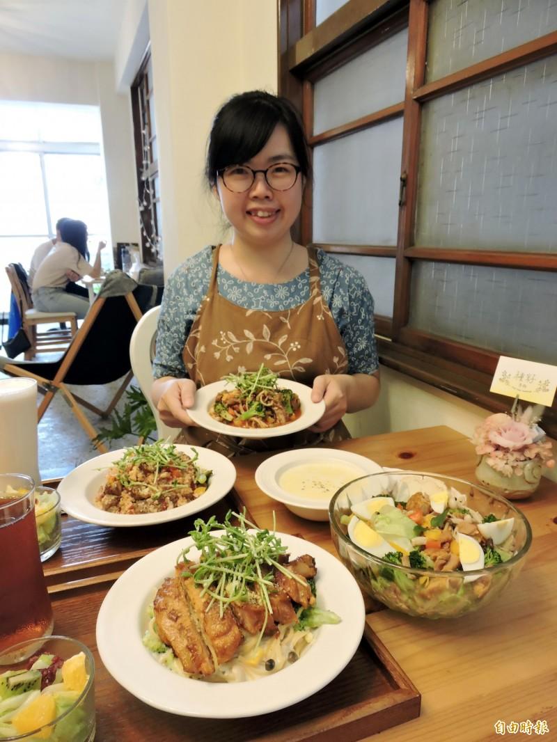 黃美倩熱愛美食,店內餐點都是她自行研發。(記者張菁雅攝)