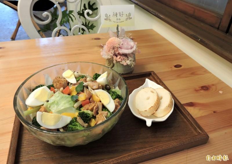 季節時蔬雞腿溫沙拉是女性消費者的最愛。(記者張菁雅攝)